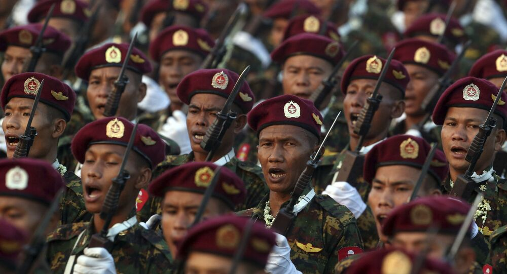 Soldados do Exército de Mianmar marcham durante parada militar (foto de arquivo)