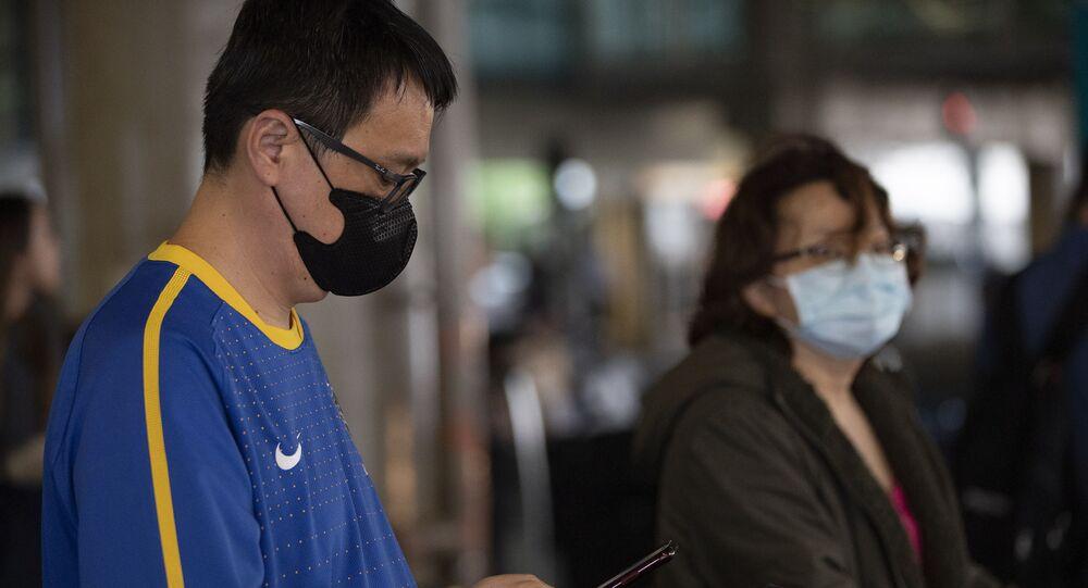Passageiros no Aeroporto Internacional de Guarulhos se protegem do coronavírus com máscaras