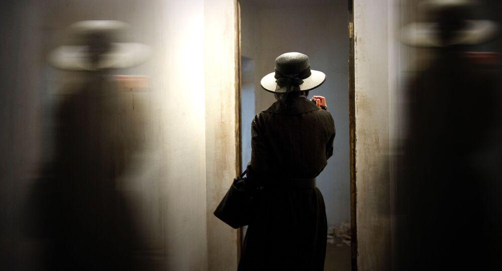 Mulher à frente do espelho (imagem referencial)