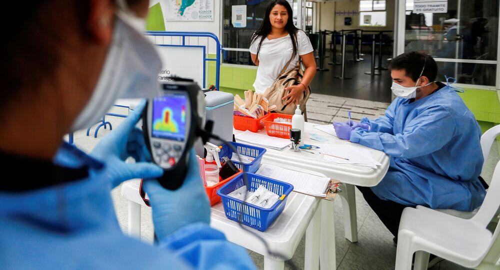 Ministério da Saúde do Equador verifica temperatura de pessoas em meio ao novo surto de coronavírus, em Tulcano, Equador, em 1º de março de 2020