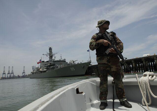 Oficial da Marinha patrulha as águas próximas a um navio chileno ancorado na base naval Vasco Nunez de Balboa, na Cidade do Panamá (imagem de arquivo)