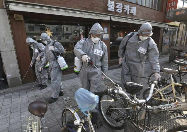 Soldados da Coreia do Sul jogam spray desinfetante como forma de prevenir contra o novo coronavírus.