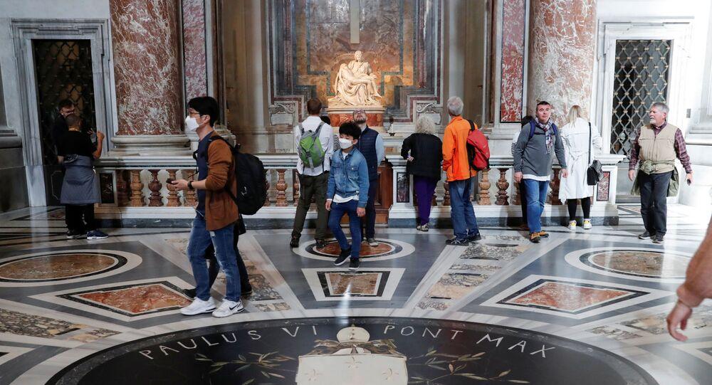 Turistas usam máscaras para se proteger do coronavírus no Vaticano