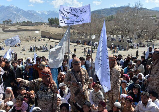 Militantes e talibãs afegãos participam de reunião para celebrar o acordo de paz e sua vitória no conflito afegão sobre os EUA no Afeganistão, na província de Laghman, 2 de março de 2020