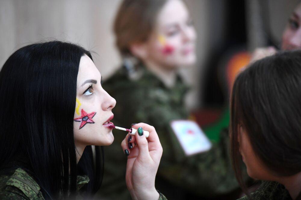 Garota participa de concurso de beleza, na Rússia
