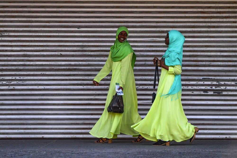 Mulheres passeiam nas ruas de Georgetown, na Guiana, onde novas reservas de petróleo atraem atenção internacional, em 2 de março