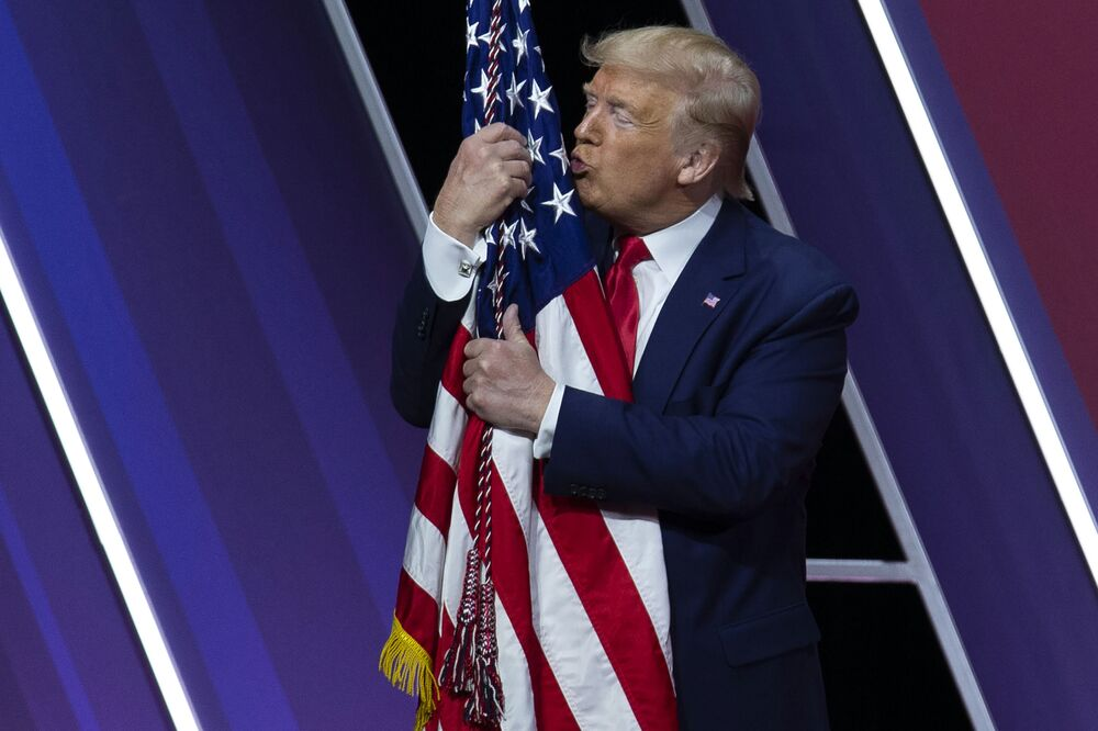 Presidente dos EUA e candidato à reeleição, Donald Trump, beija a bandeira americana após discurso, em 29 de fevereiro de 2020