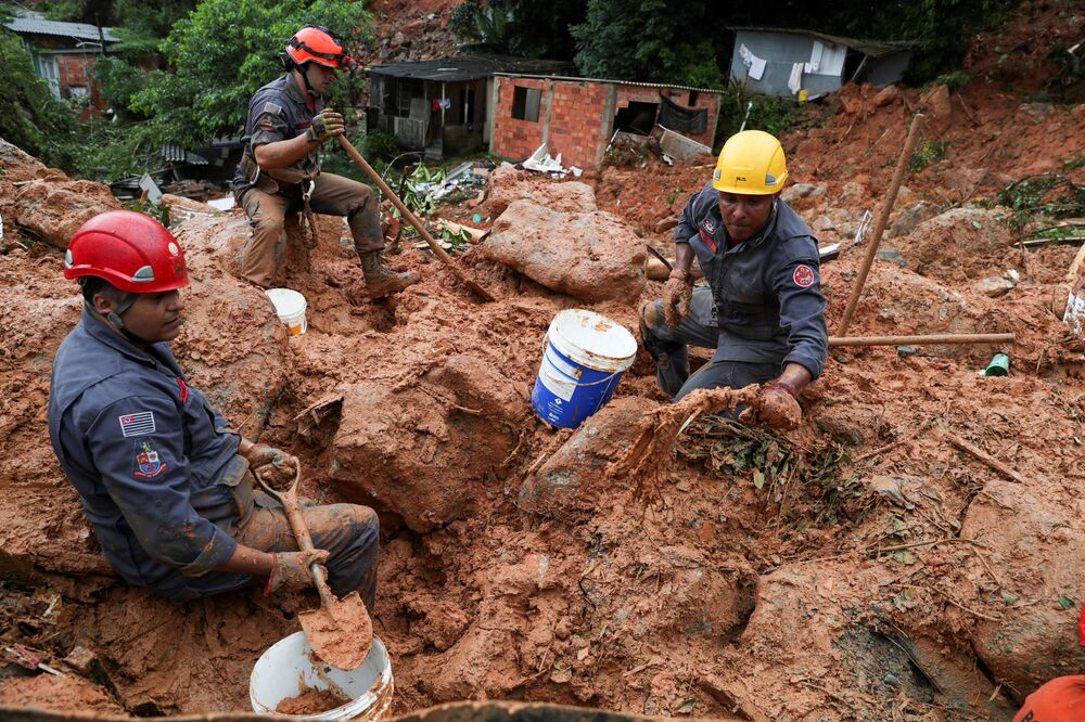 Bombeiros buscam vítimas das chuvas no morro do Macaco Molhado, no Guarujá, em 3 de março de 2020