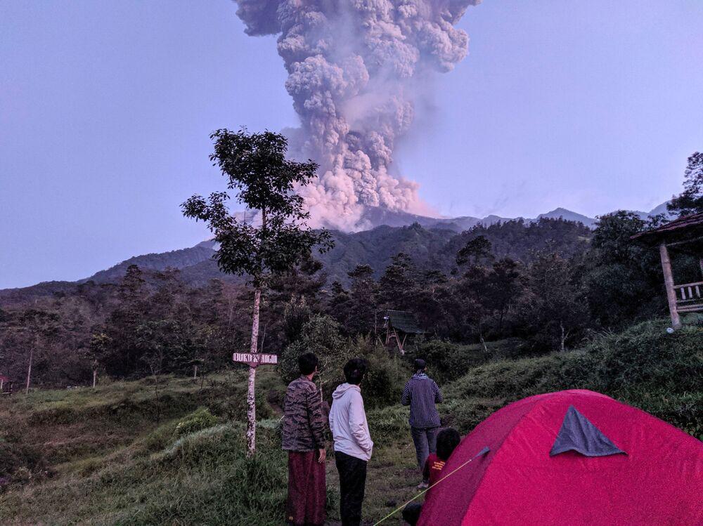 Turistas observam a erupção do vulcão Merapi, na Indonésia, em 3 de março de 2020