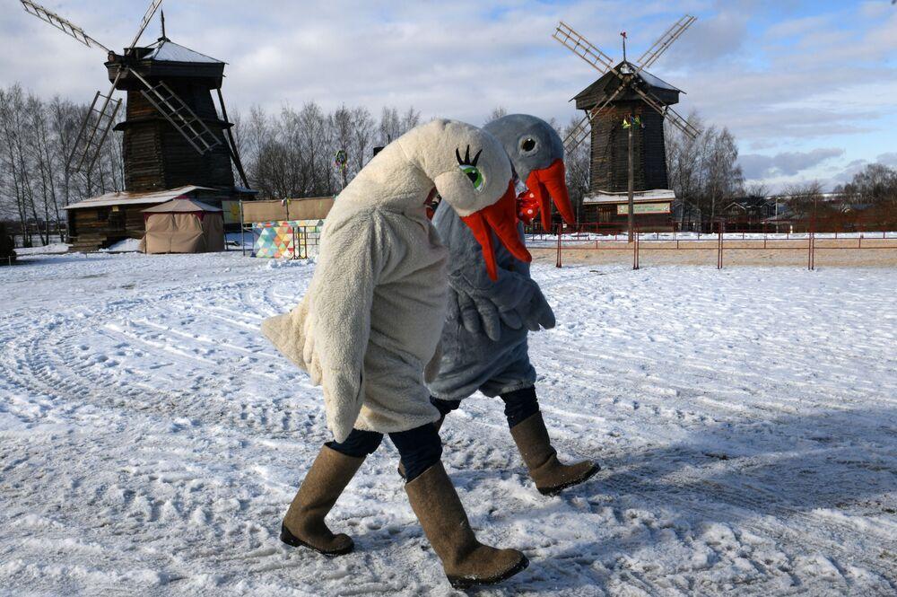 Atores se fantasiam de gansos durante as comemorações da chegada da primavera em Suzdal, na Rússia