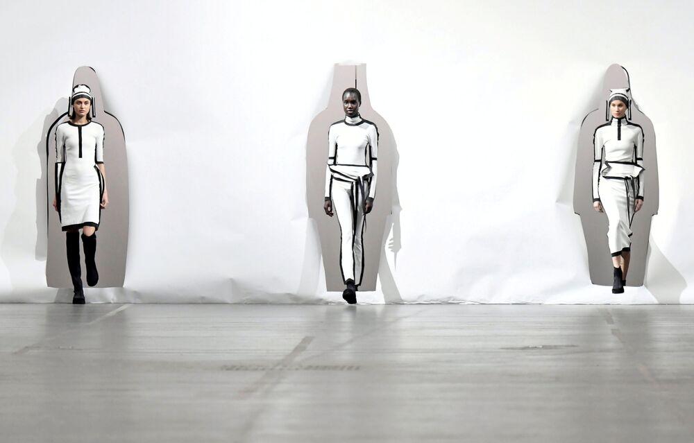 Modelos apresentam coleção de Satoshi Kondo durante a Semana de Moda de Paris, em 1º de março de 2020