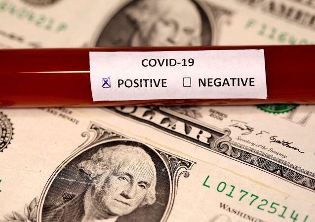 Tubo de ensaio rotulado positivo para teste de coronavírus na frente de notas de dólar americano