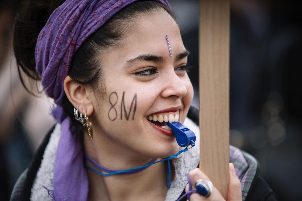 Participante de ação de protesto no Dia Internacional da Mulher em Barcelona, região da Catalunha, Espanha