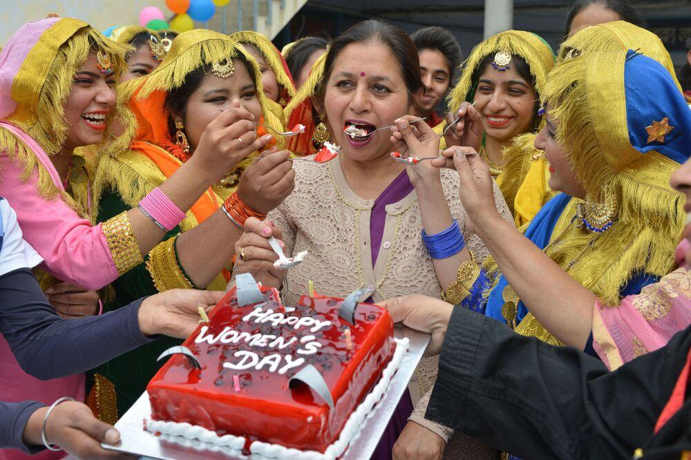 Estudantes indianas oferecem bolo à diretora da faculdade em 8 de março