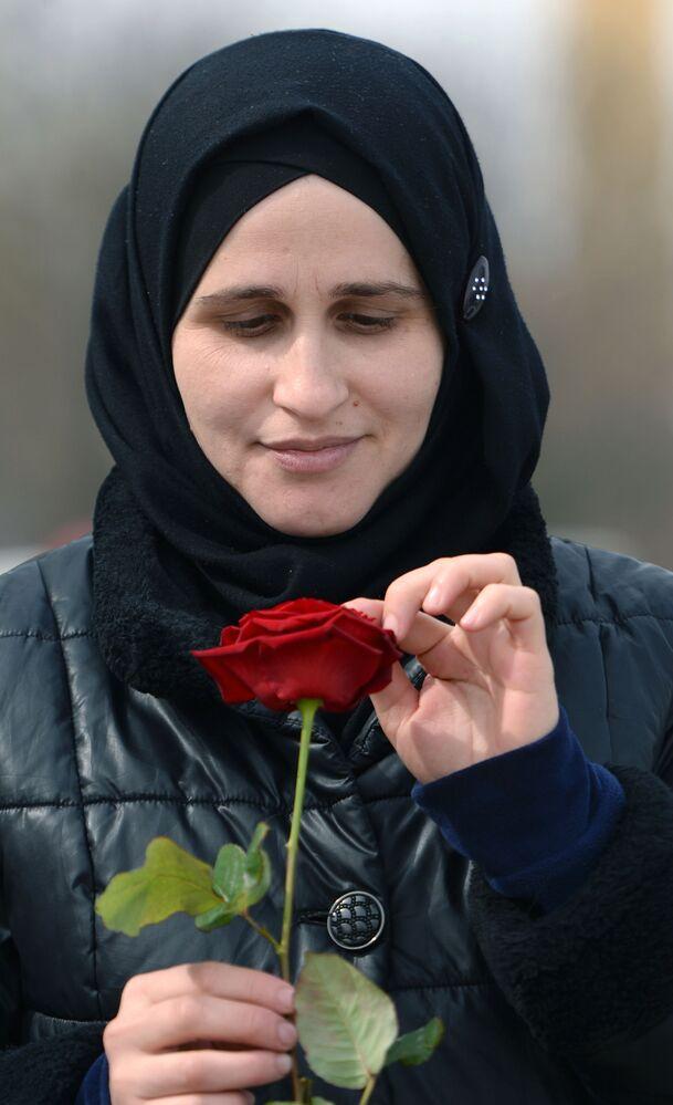Mulher com uma rosa em 8 de março na cidade de Grozny, na república russa da Chechênia