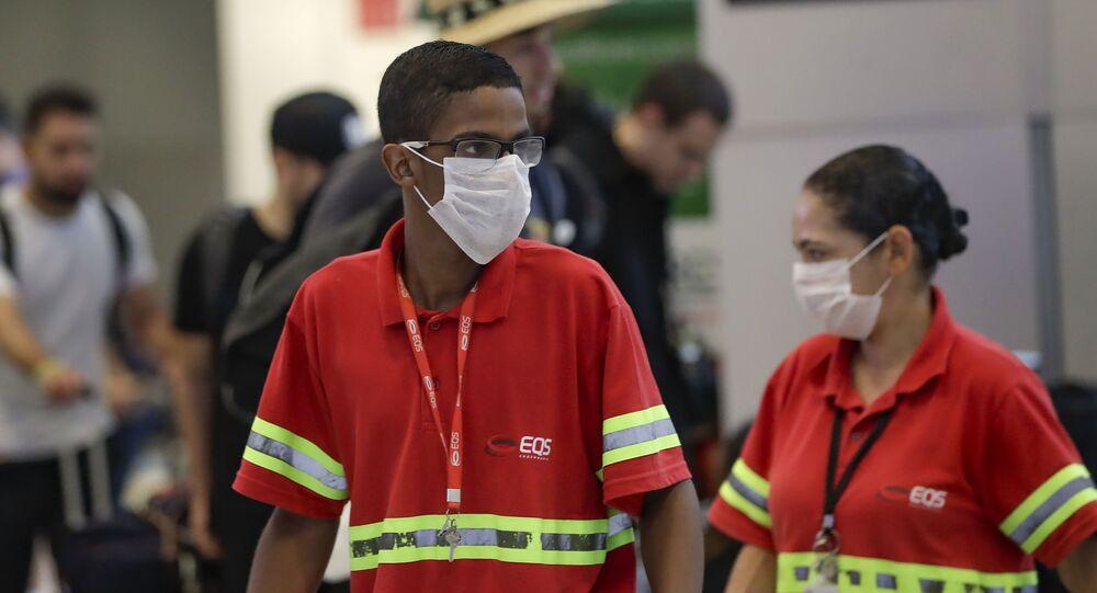 Funcionários do Aeroporto Internacional de Guarulhos usam máscaras para evitar contágio pelo novo coronavírus