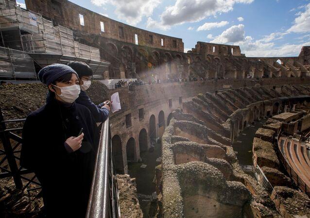 Turistas visitam o Coliseu em meio à epidemia de coronavírus na Itália