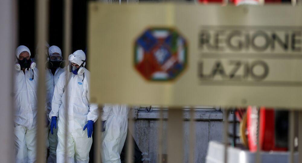Agentes de saúde fazem a desinfecção de edifícios na região de Lazio, na Itália, em 8 de março de 2020
