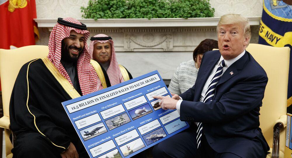 Presidente dos EUA, Donald Trump, mostra cartaz com contratos de vendas de armas para a Arábia Saudita durante reunião com o príncipe herdeiro, Mohammed bin Salman, em 20 de março de 2018