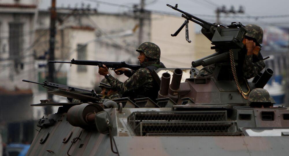 Soldado em um veículo blindado aponta arma durante operação no Rio de Janeiro (foto de arquivo)