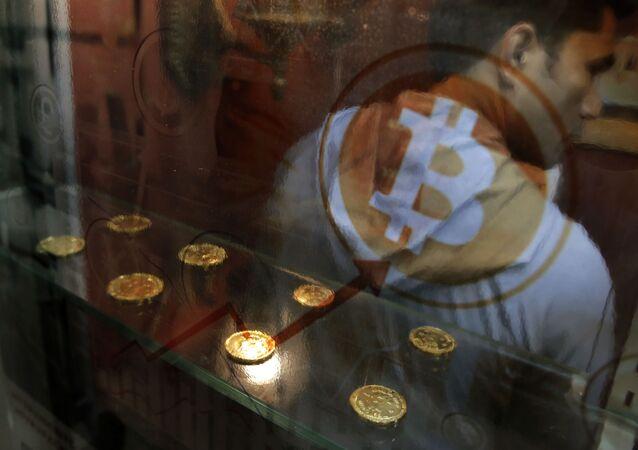 Homem usa caixa automático de bitcoins em Hong Kong