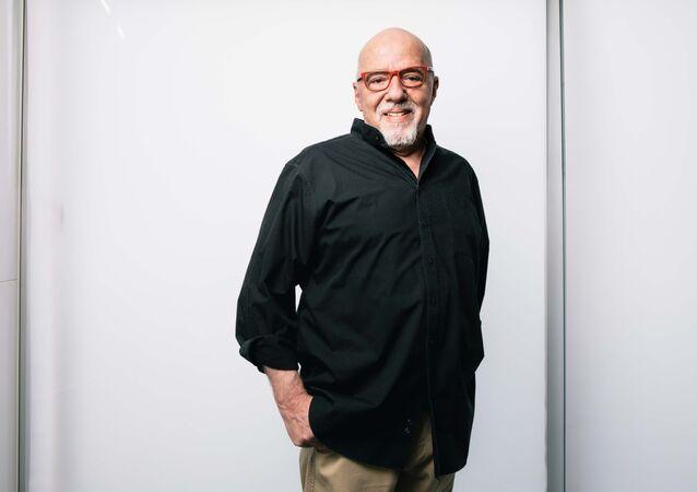 O escritor brasileiro Paulo Coelho na fundação que leva seu nome, em Genebra