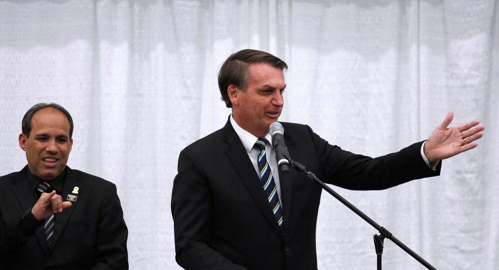 O presidente do Brasil, Jair Bolsonaro, gesticula em discurso para a comunidade brasileira residente em Miami, na Flórida, em 9 de março de 2020