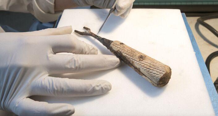 Garfo de ferro encontrado em escavação no porão do Instituto de Arte Courtauld, Londres