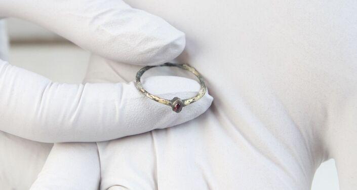 Anel dourado encontrado durante escavações em porão do Instituto de Arte Courtauld em Londres