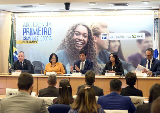 Os ministros Henrique Mandetta (Saúde) e Damares Alves (Mulher, Família e Direitos Humanos), durante apresentação do programa Tudo Tem Seu Tempo, em Brasília-DF.