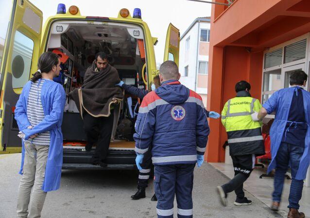 Ambulância chegando a hospital da cidade de Preveza, no noroeste da Grécia (arquivo)