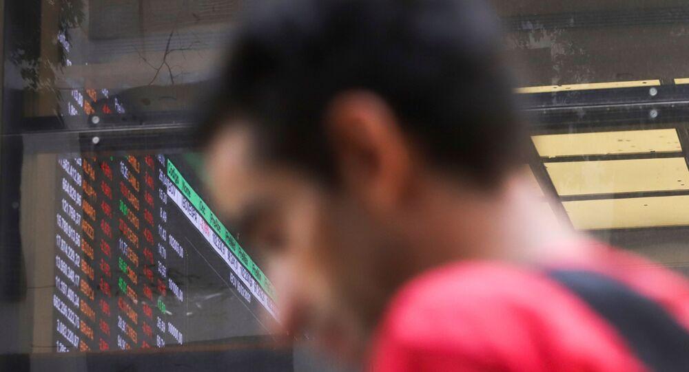 Homem caminha na frente da B3, a bolsa brasileira, em São Paulo.