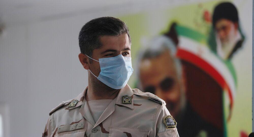 Membro da guarda fronteiriça do Irã usa máscara para se proteger do surto de coronavírus no país