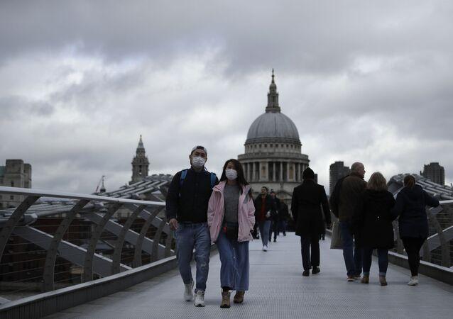 Turistas usando máscaras para se protegerem do coronavírus em Londres, no Reino Unido