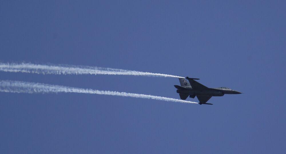Caça da Força Aérea do Paquistão em ensaio para festejos do Dia Nacional do país