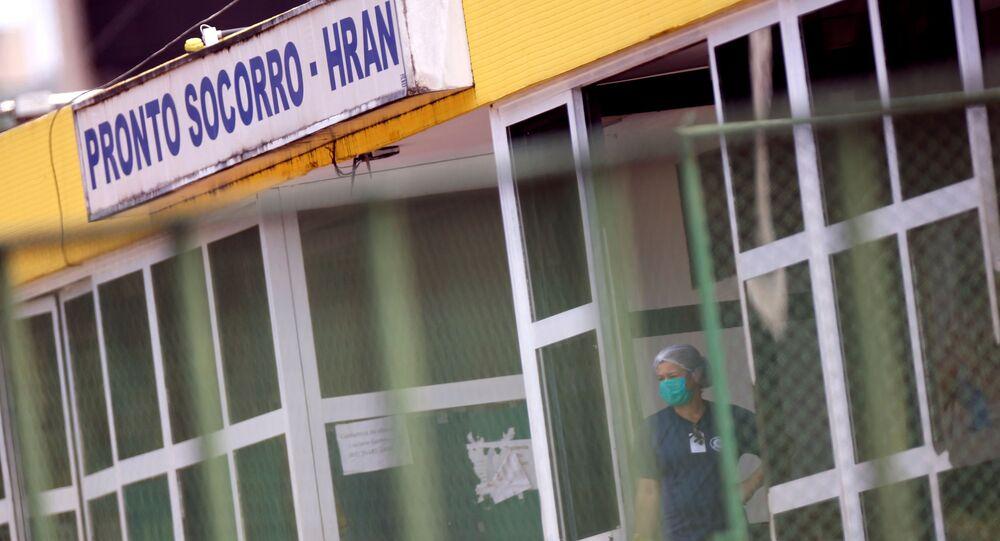 Funcionário do hospital usa uma máscara facial de proteção no Hospital Regional da Asa Norte (HRAN), após a confirmação do primeiro caso de coronavírus em Brasília, Brasil, 8 de março de 2020
