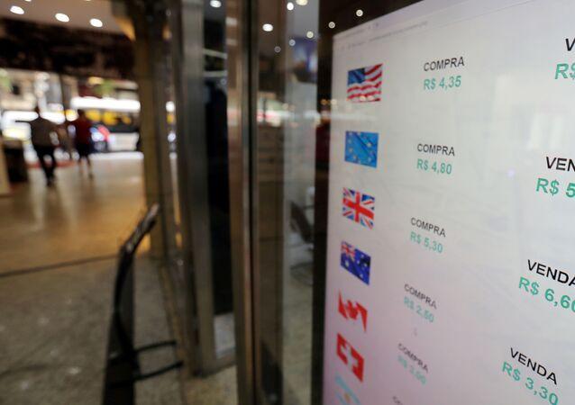 Tela mostra as taxas de câmbio do real brasileiro em relação ao dólar americano e a várias outras moedas estrangeiras no Rio de Janeiro