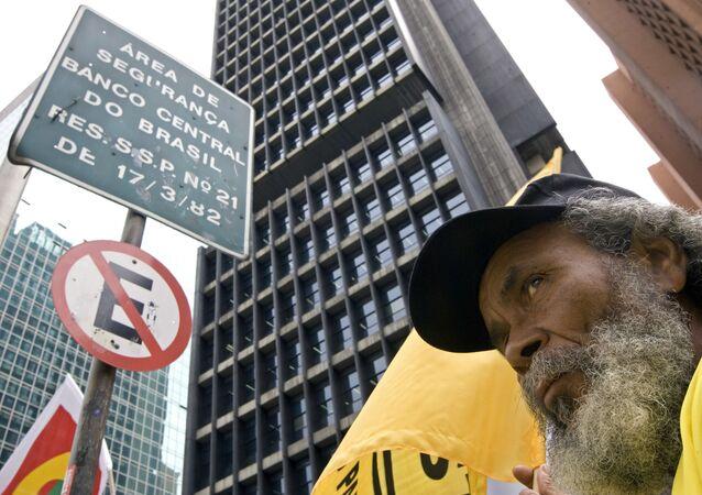 Manifestante diante da sede do Banco Central do Brasil em São Paulo (arquivo)