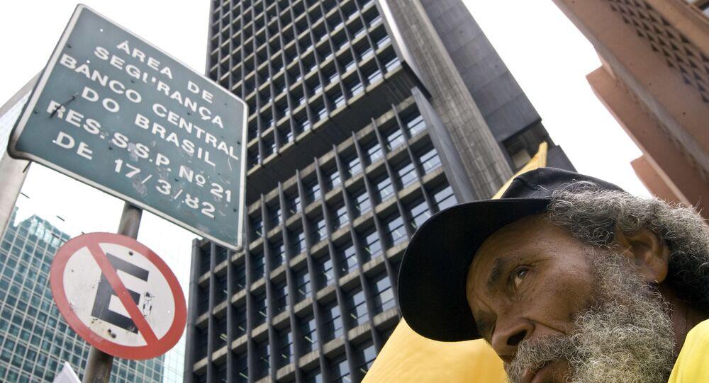 Manifestante diante da sede do Banco Central do Brasil em São Paulo