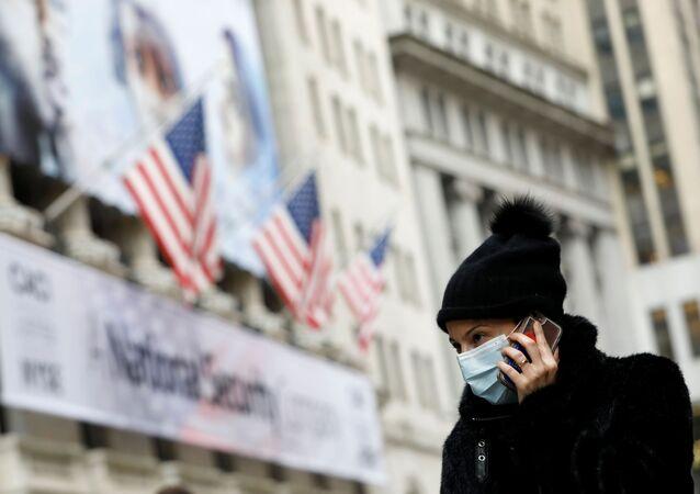 Mulher com máscara de proteção em Manhattan, Nova York,  nos EUA, 11 de março de 2020