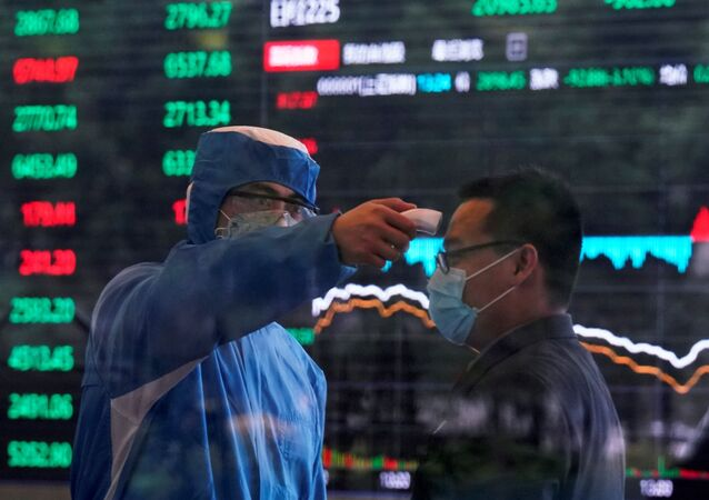 Temperatura corporal sendo medida dentro do edifício da Bolsa de Xangai, quando o país é atingido por um novo surto de coronavírus, em Xangai, China, 28 de fevereiro de 2020