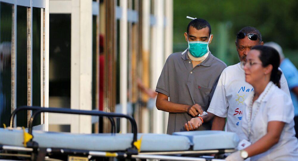 Homem usa máscara no Hospital Regional da Asa Norte após suspeita de primeiro caso de coronavírus em Brasília
