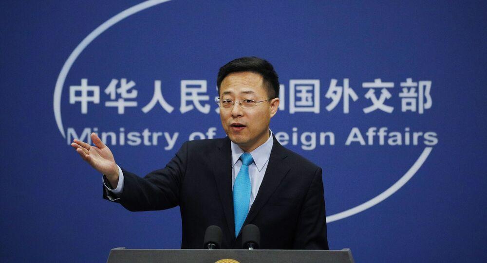 O porta-voz do Ministério das Relações Exteriores da China, Zhao Lijian, gesticula durante uma declaração em Pequim no escritório da Chancelaria chinesa, em 24 de fevereiro de 2020.
