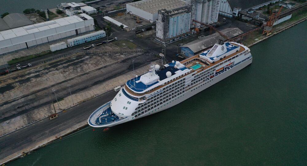 Navio isolado no porto de Recife, em Pernambuco, Nordeste do Brasil