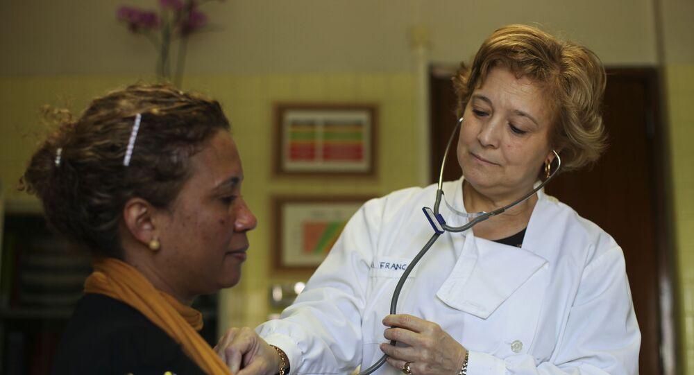 Médica portuguesa atendendo paciente em centro médico de Lisboa