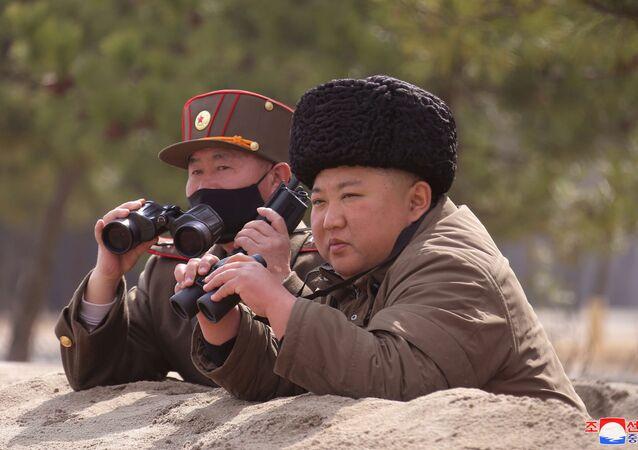 Líder norte-coreano Kim Jong-un observa exercícios militares do Exército Popular da Coreia do Norte em campo de treinamento na Coreia do Norte, 12 de março de 2020