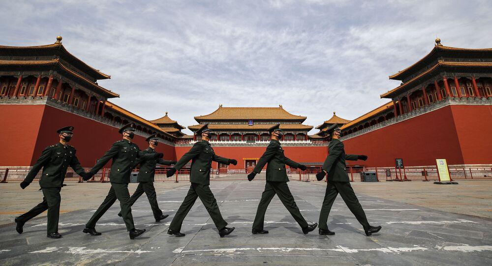 Soldados com máscaras para se proteger do coronavírus diante da Cidade Proibida, na capital da China