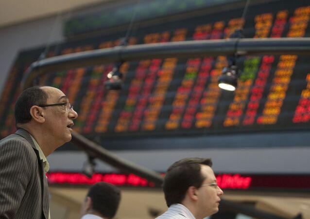 Analistas observam gráficos na bolsa de valores de São Paulo Bovespa