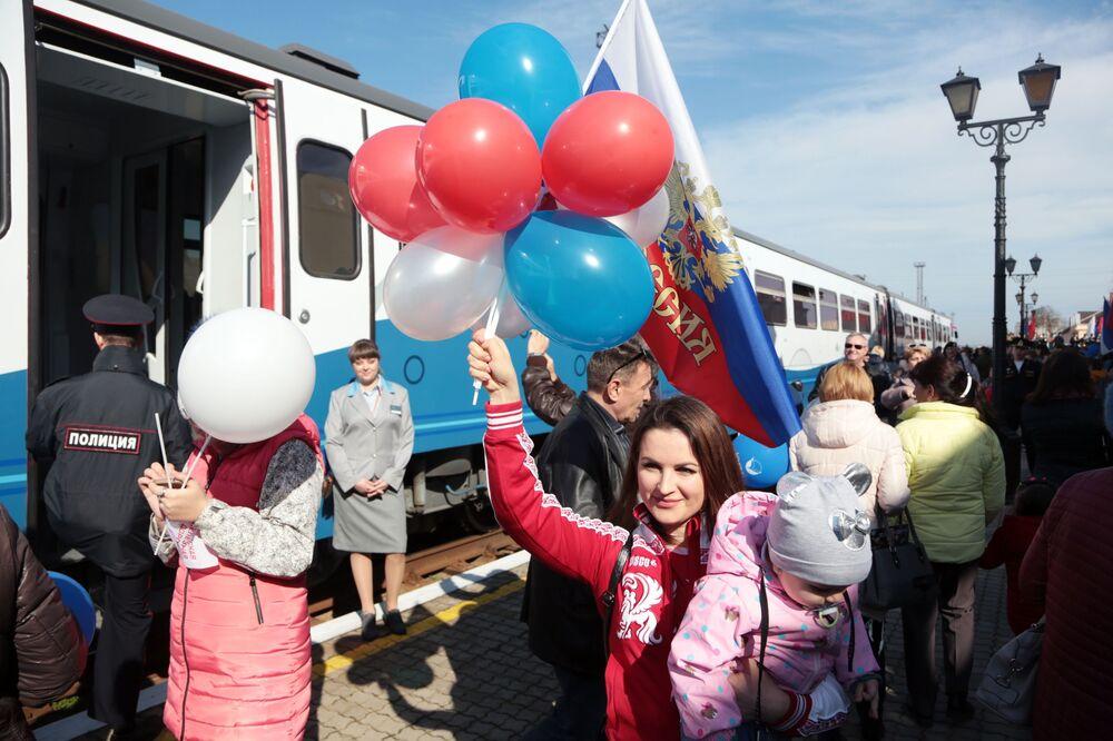 Passageiros durante inauguração de linha férrea metropolitana entre as regiões russas da Crimeia e de Krasnodar