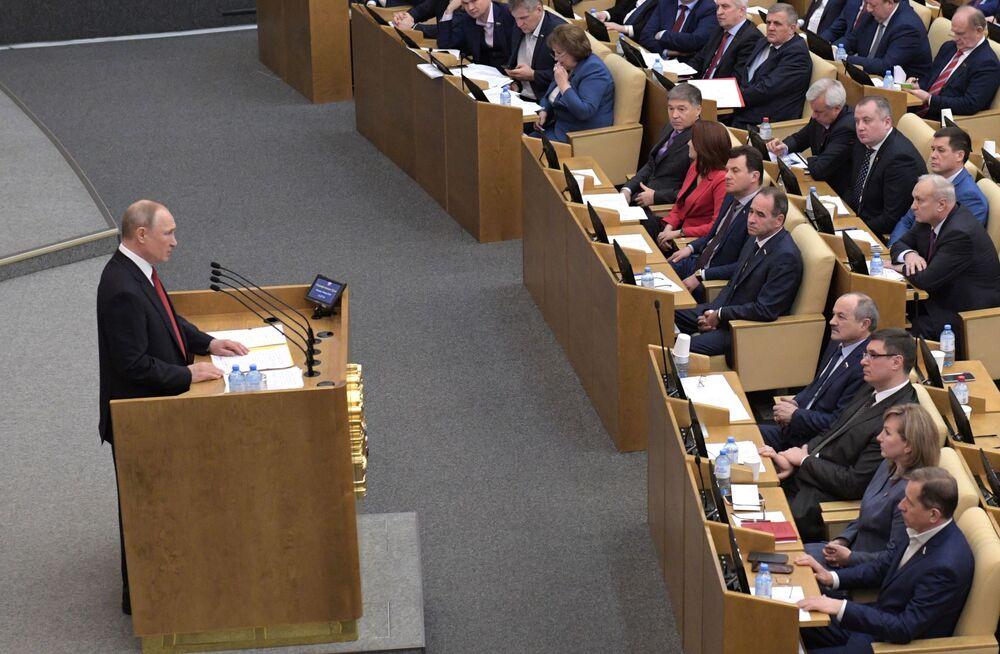 Presidente da Rússia, Vladimir Putin, falando no plenário da câmara baixa do parlamento russo, a Duma